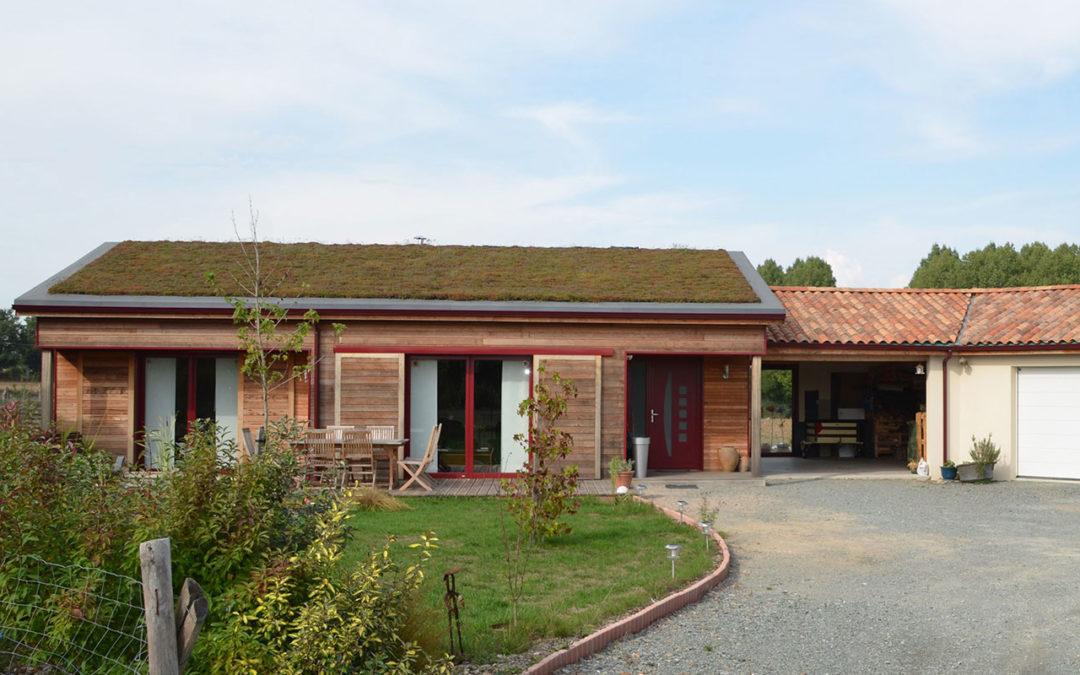 Maison BBC ossature bois avec toit végétalisé